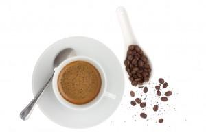 Tasse und Kaffeebohnen