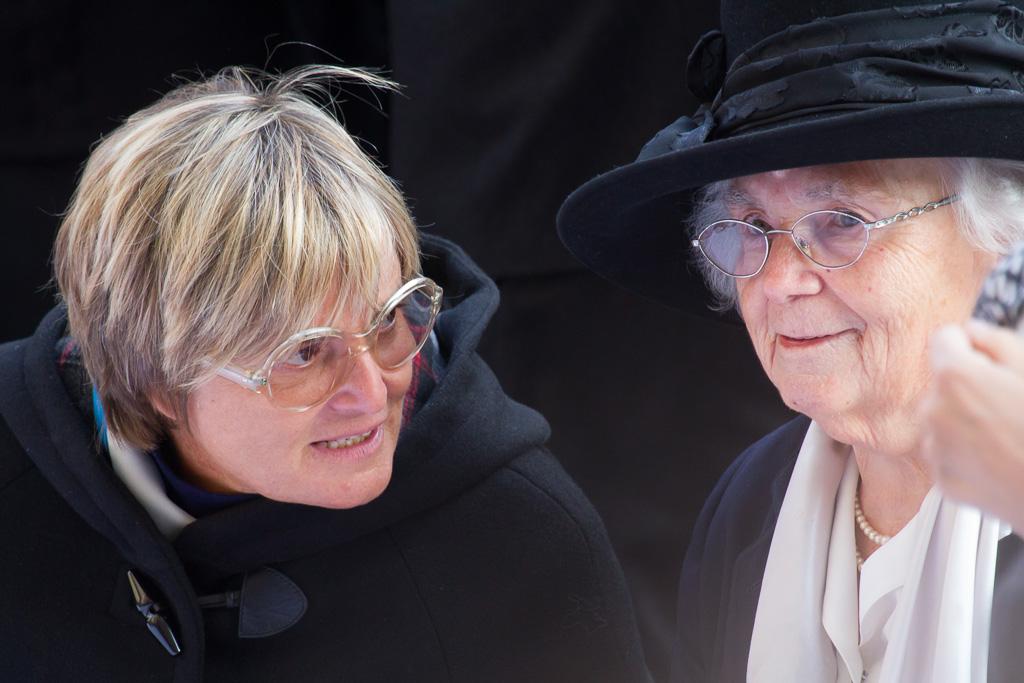 Fürstin Gloria neben ihrer Mutter