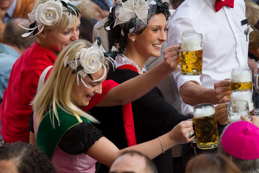Ein Prosit von den Bierköniginnen